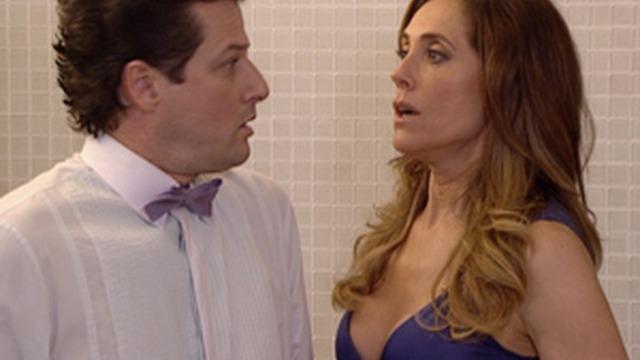 Ferdinand descobre que Tereza Cristina dormiu com Pereirinha e tenta beijá-a