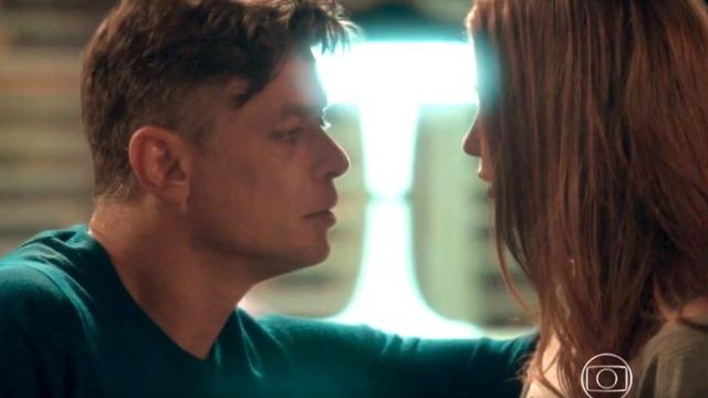 Arthur tenta beijar Eliza: 'Tão linda por dentro quanto por fora'