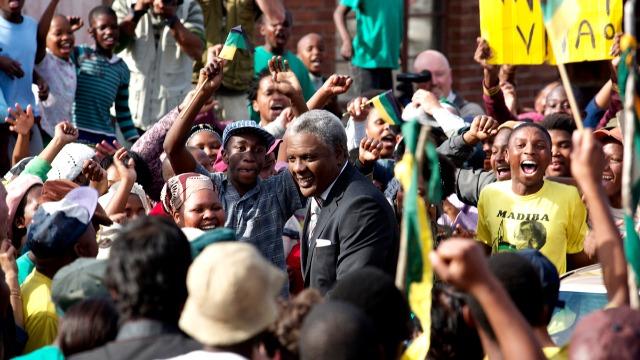 Esta biografia relembra o percurso de Nelson Mandela desde a sua infância, em um meio rural, até a eleição democrática ao cargo de presidente da república da África do Sul.
