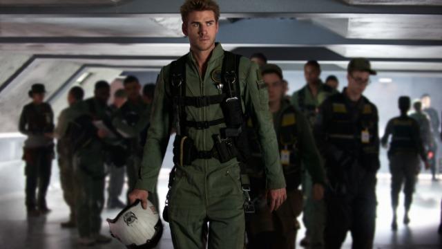 Após o devastador ataque alienígena ocorrido em 1996, todas as nações da Terra se uniram para combater os extraterrestres, caso eles retornassem. Para tanto, são construídas bases na Lua e também em Saturno, que servem como monitoramento. Vinte anos depois, o revide, enfim, acontece e uma imensa nave, bem maior que as anteriores, chega à Terra. Para enfrentá-los, uma nova geração de pilotos liderada por Jake Morrison é convocada pela presidente Landford. Eles ainda recebem a ajuda de veteranos da primeira batalha, como o ex-presidente Whitmore, o cientista David Levinson e seu pai, Julius.