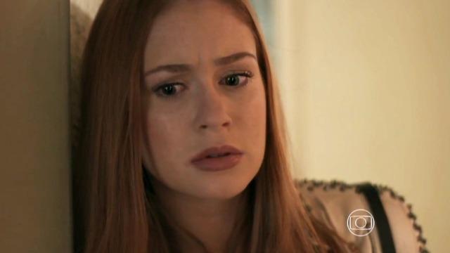 Eliza decide esquecer Jonatas depois de flagrá-lo se divertindo com Leila