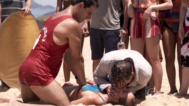 Eliza se afoga durante etapa do concurso na praia