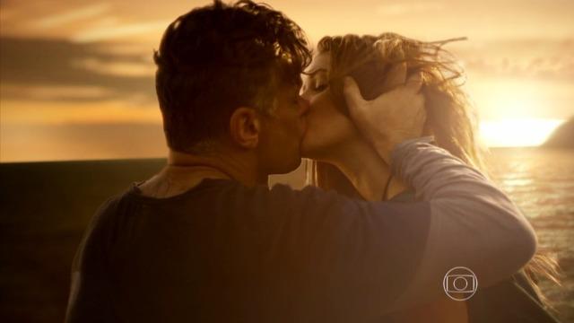 Eliza se emociona com gesto de Arthur e eles se beijam em paisagem deslumbrante