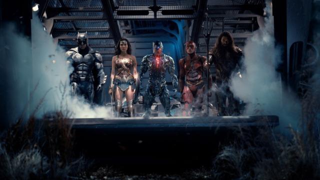 Impulsionado pela restauração de sua fé na humanidade e inspirado pelo ato altruísta do Superman, Bruce Wayne convoca sua nova aliada Diana Prince para o combate contra um inimigo ainda maior, recém-despertado. Juntos, Batman e Mulher-Maravilha buscam e recrutam com agilidade um time de meta-humanos, mas, mesmo com a formação da liga de heróis sem precedentes - Batman, Mulher-Maraviha, Aquaman, Cyborg e Flash -, poderá ser tarde demais para salvar o planeta de um catastrófico ataque.