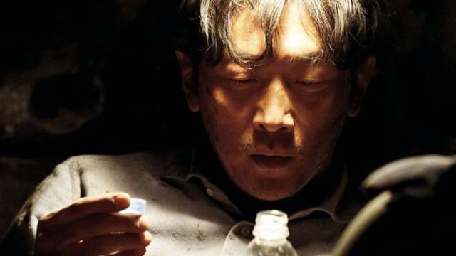 Jung-Su é um vendedor de carros. Certo dia, ele sai do seu trabalho e vai o mais rápido possível para casa, tentando chegar a tempo de comemorar seu aniversário com a sua família. No entanto, algo bizarro e inesperado impede a conclusão da jornada de Jung-Su: um túnel despenca, deixando o homem preso nos escombros.