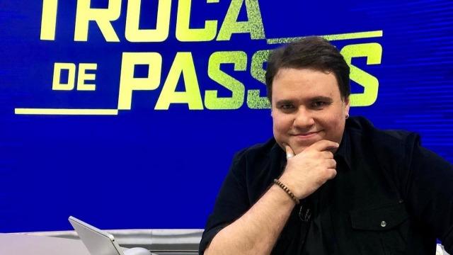 Programa faz homenagem ao apresentador Rodrigo Rodrigues, que morreu no dia 28 vítima do coronavírus