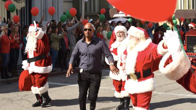 Cole entra no espírito do seu primeiro Natal com Maya, enquanto Murtaugh espera conseguir convencer RJ a voltar da Costa Rica para as festas de fim de ano.