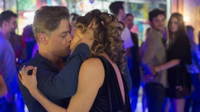 Arthur beija Natasha na frente de Eliza