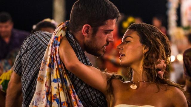 Ritinha faz amor com Zeca e quase beija Ruy em passeio de barco