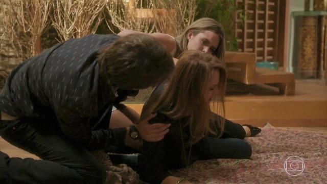 Lili cai da escada e teme perder o bebê