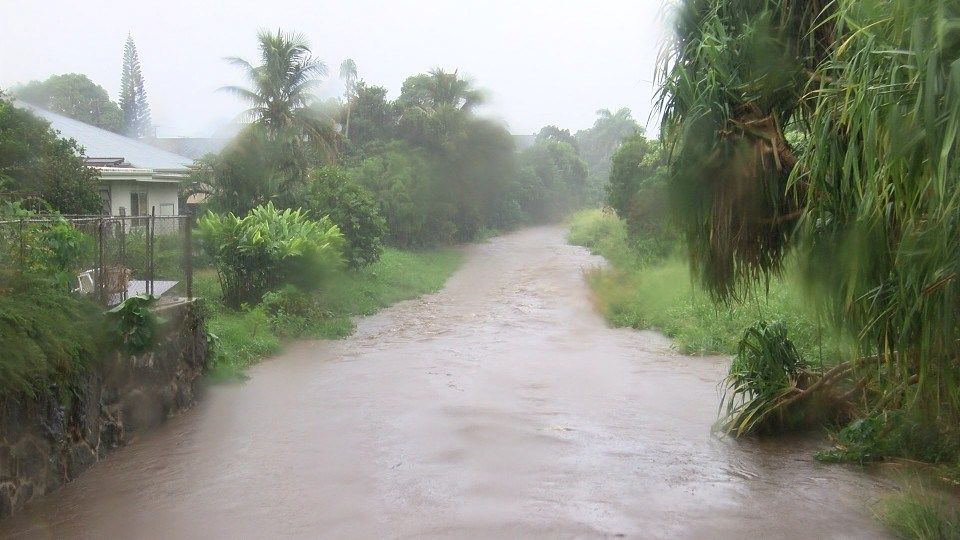 Chove forte em diversas partes de Oahu. Foto: Hawaii News Now.