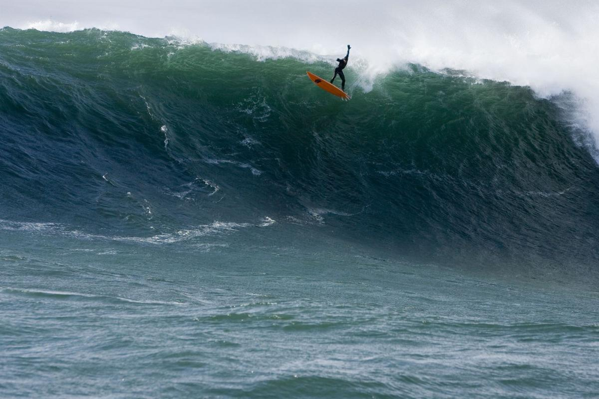 Danilo Couto air dropping em Mavericks. Foto: Fred Pompermayer.