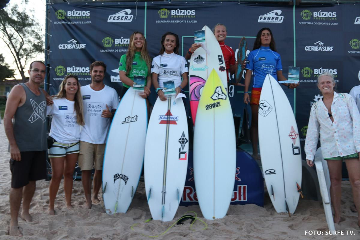 Pódio Feminino Pro Junior. Foto: SURFE TV @surfetv.